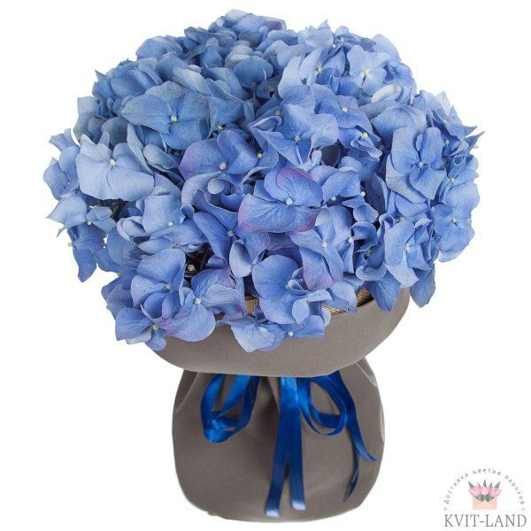 синяя гортензия в букете