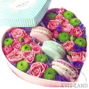 коробка сердце с макарунами и цветами