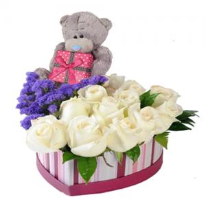 цветы и игрушка в коробке сердце
