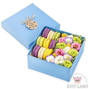 цветы и печенье в синей коробке