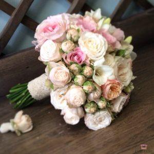 роза в букете невесты