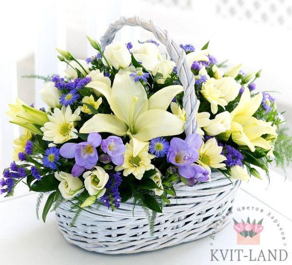 много цветов в корзине