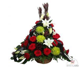 цветы в трарной корзине