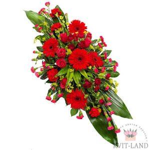 зелень и красные цветы