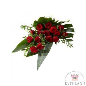 зелень и красные розы