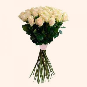 кремовые розы в букете