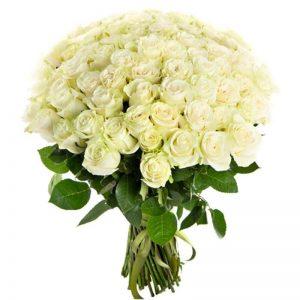 очаровательный букет из белых роз