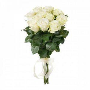 белые розы в букете