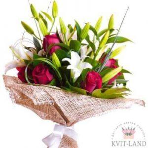 в упаковке лилии и розы
