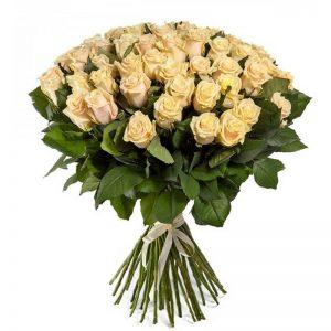 кремовая роза в букете