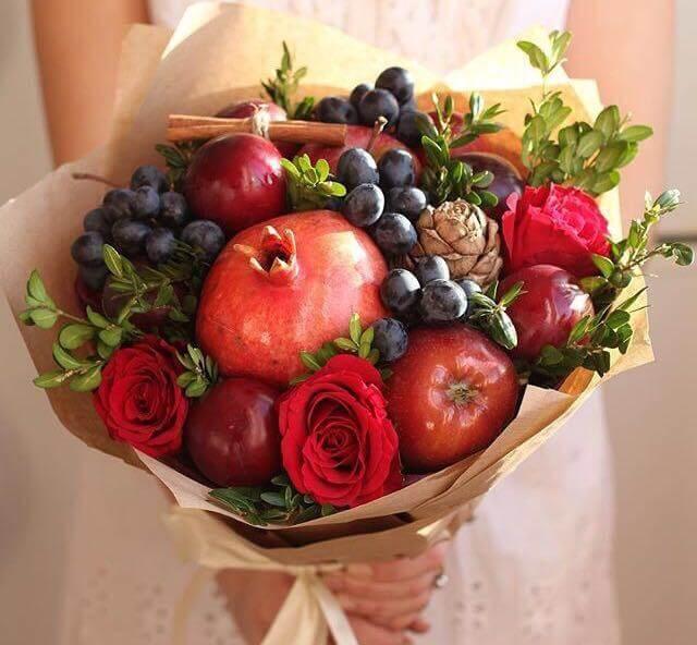 букет из фруктов и шишкой