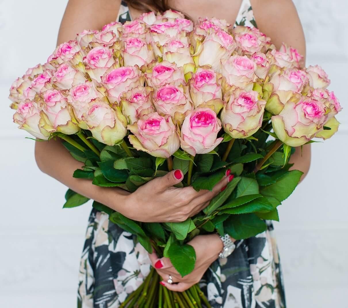 в руках букет роз