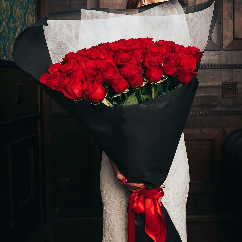 в упаковке красные розы