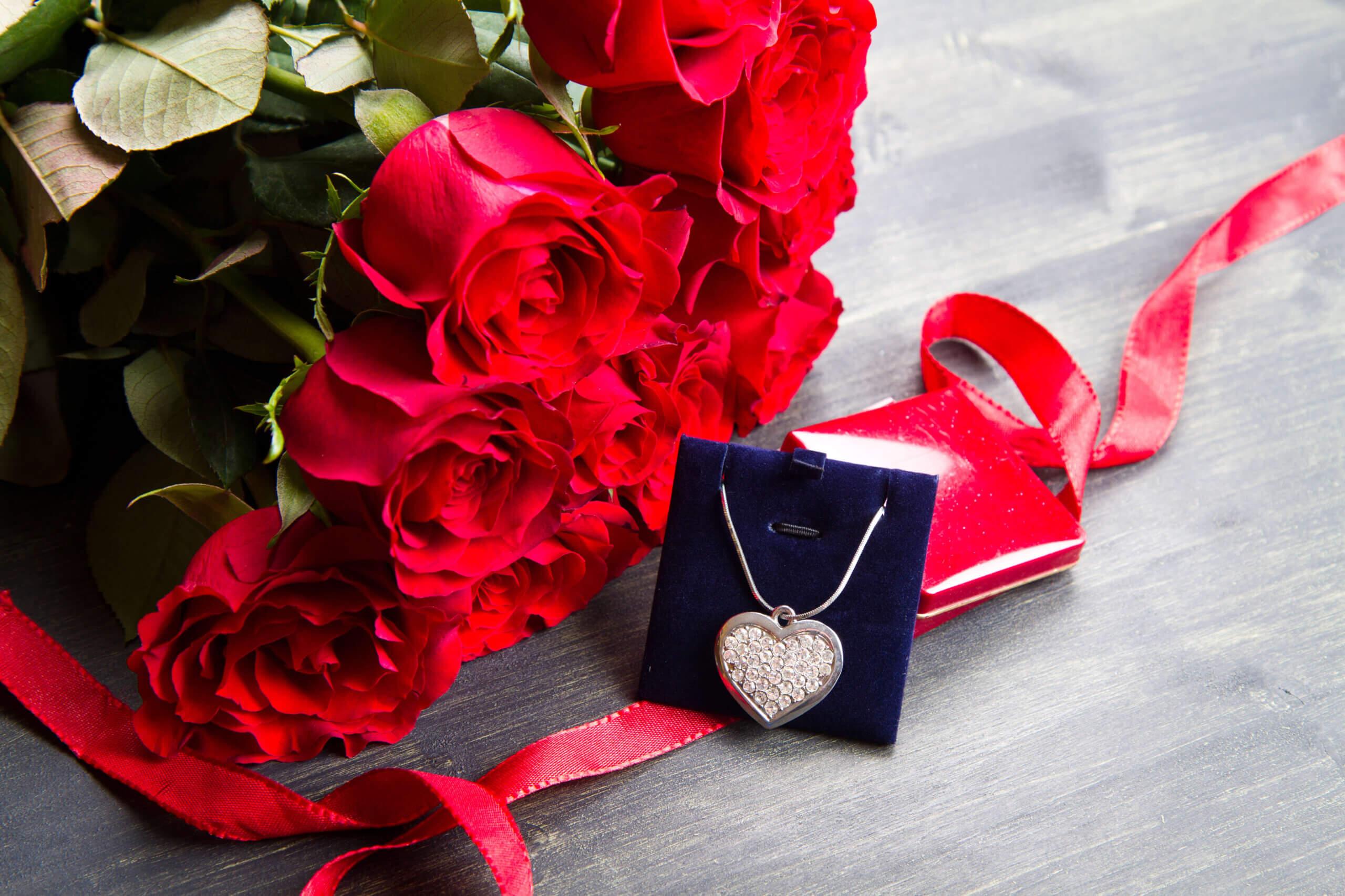 кулон и букет красных роз
