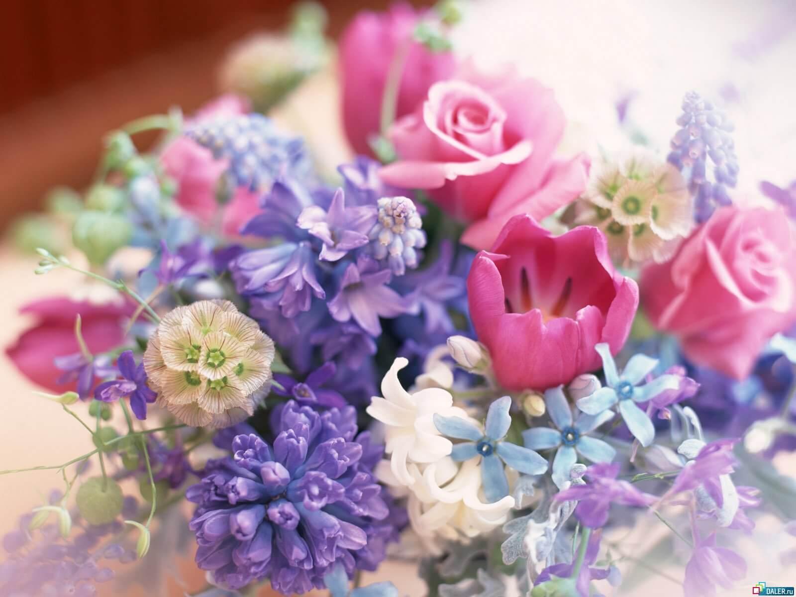 композиция из весенних цветов