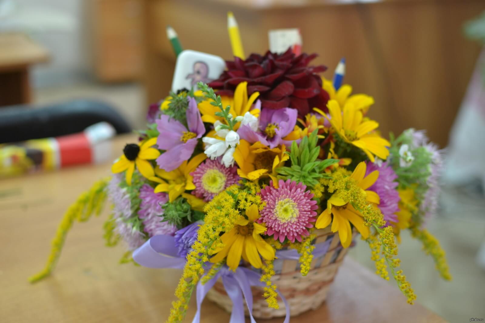цветы в корзинке учителю