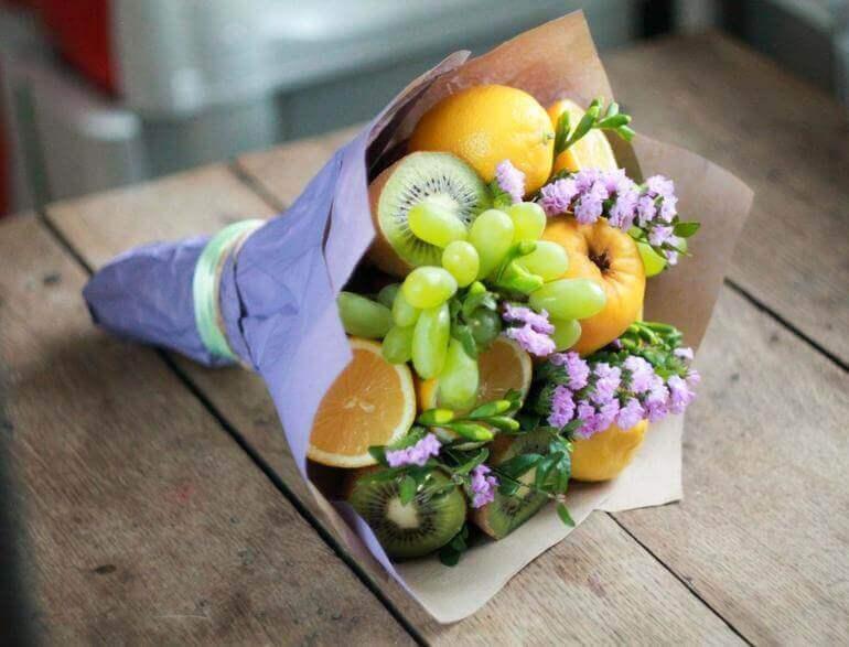 фруктовый букет на столе