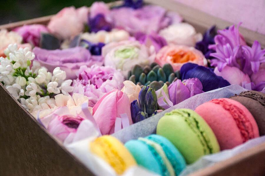 цветы и печенье макаруны