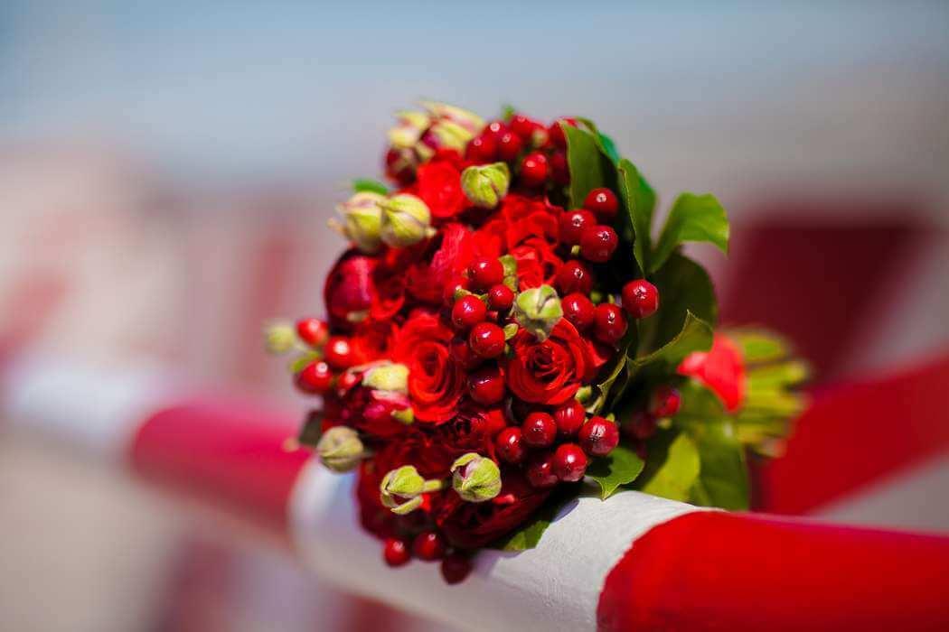 букет из ягод и роз