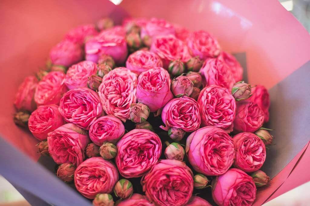 Пионовидная розовая роза букет