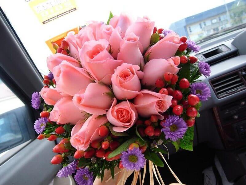 розовые розы в букете в экзотикой